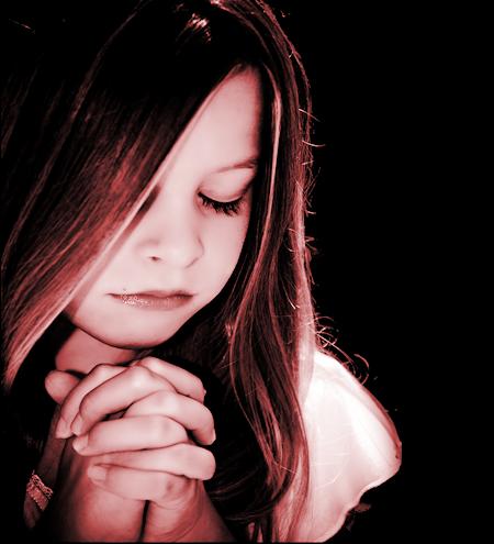 Tube d'enfant en prière